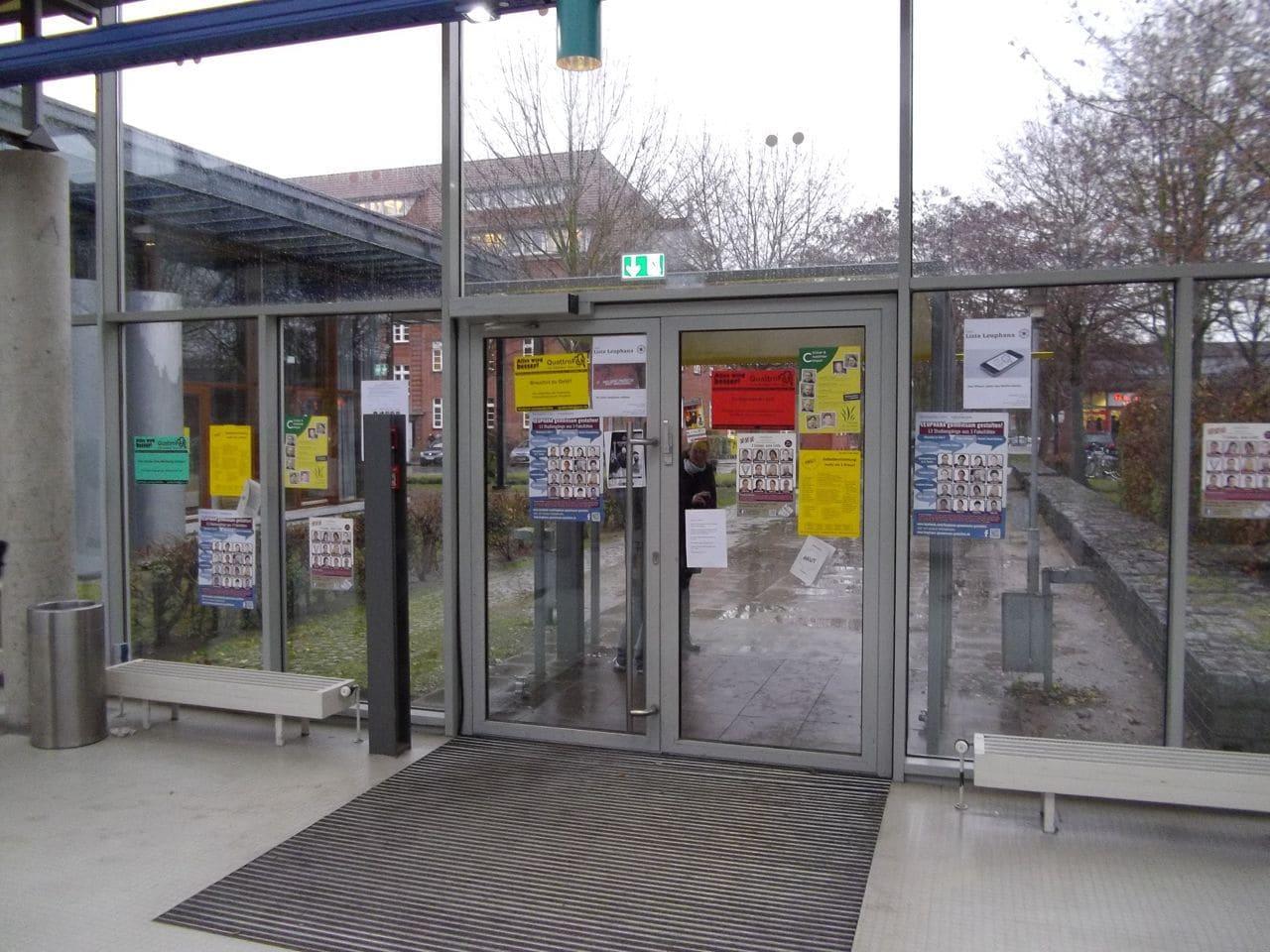 Beklebte Fenster mit Wahlwerbung im Hörsaalgang/(CC)Foto:Christopher Bohlens