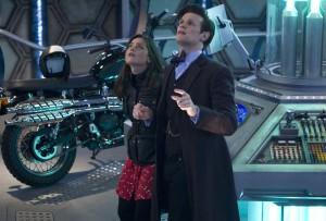 Der Doctor (Matt Smith) und Companion Clara (Jenna Coleman) in der TARDIS. Bildrechte: ADRIAN ROGERS, © BBC/BBC Worldwide
