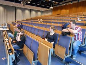 Bildunterschrift: Vollversammlung mit sehr wenig Studierenden am 23.10.2013. / (c) Foto: Christopher Bohlens