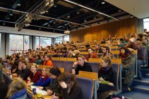Vollversammlung mit vielen Studierenden am 20.11.2013. / (c) Foto: Christopher Bohlens