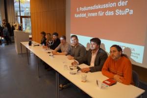 Die Teilnehmer der sechs Listen der Podiumsdiskussion. / (c) Foto: Christopher Bohlens
