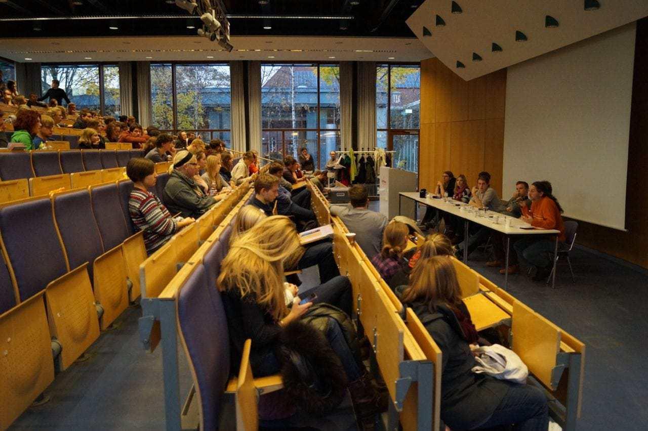 Podiumsdiskussion mit verschiedenen Fragen des Publikums. / (c) Foto: Christopher Bohlens