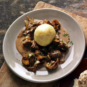 Dunkelbier-Rahmchampignons mit Kartoffelklößen / (c) cvb