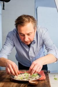 Stevan Paul beim Anrichten fürs Shooting / (c) Foto: Christoph Ewering