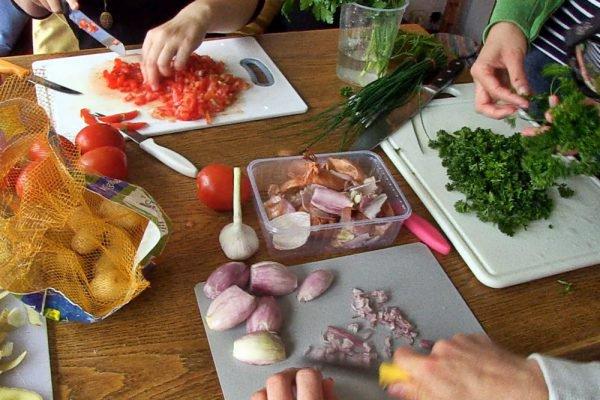 Schnibbeln, schmoren, schmausen - in Studentenküchen spannt Tim alle mit ein, damit es nachher lecker wird! / (c) LZplay