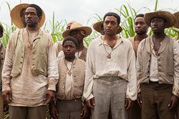 Solomon Northup (Chiwetel Ejiofor, in der Mitte) wird verraten und verkauft. / © TOBIS FILM