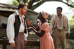 Solomon (Chiwetel Ejiofor) muss zusehen wie Patsey (Lupita Nyong`o) dem Plantagenbesitzer Epps (Michael Fassbender) ausgeliefert ist. / © TOBIS FILM