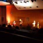 Julia und Band mit tänzerischer Begleitung / (c) Foto: Pia Köber