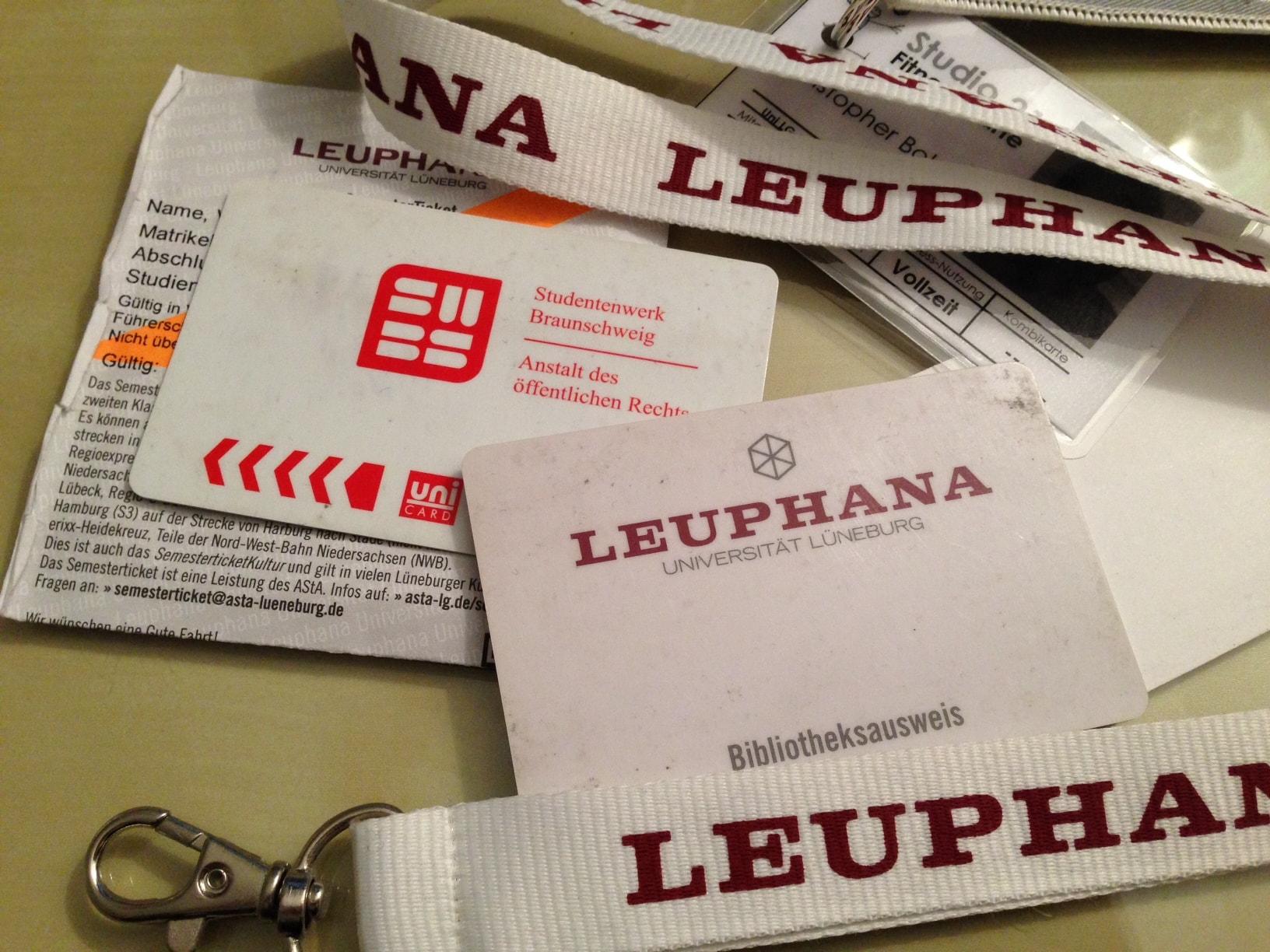 Derzeit gibt es viele verschiedene Papier- und Plastikkarten für die Leuphana/ (CC) Foto: Christopher Bohlens