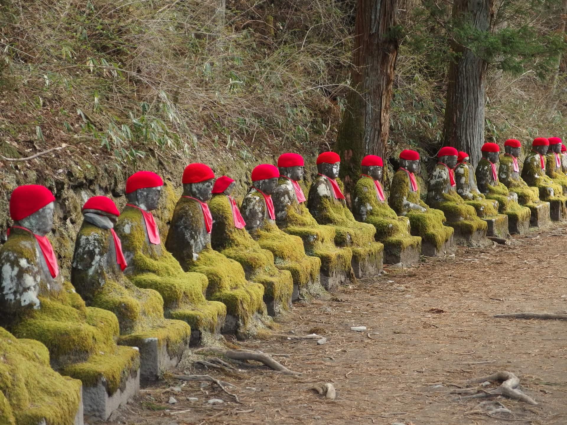 Diese Steinmenschen sitzen ziemlich nah beieinander / (C) flickr - Guilhem Vellut