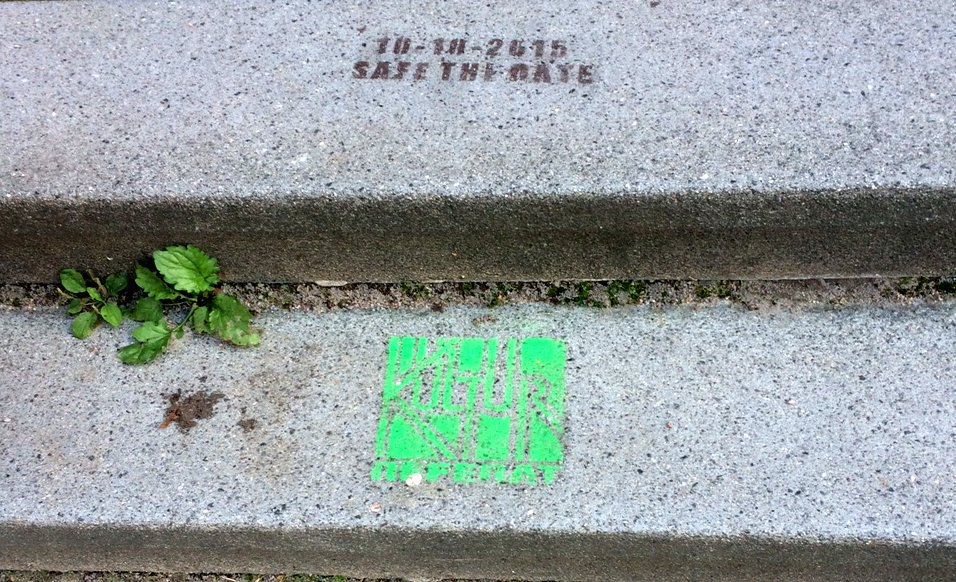 Im Regal vergriffen? – Graffiti auf dem Campus-Boden