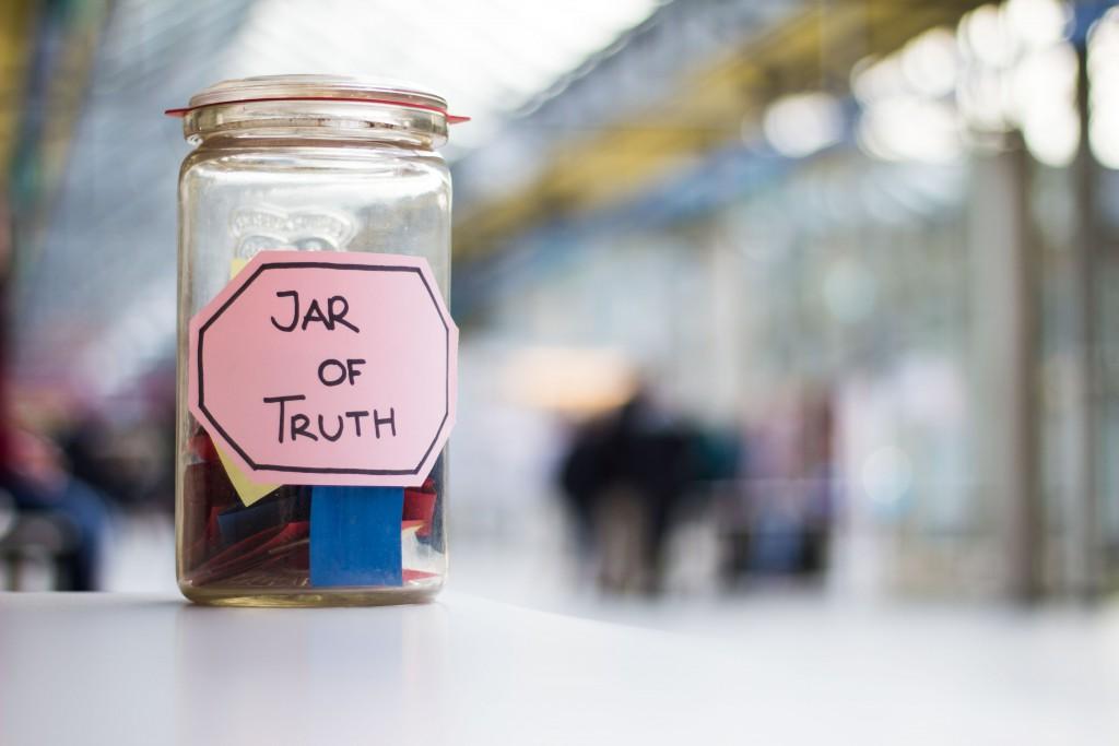 """Das """"Marmeladenglas der Wahrheit"""", wie es die Univativ-Redaktion liebevoll getauft hat, hat es sich zum Ziel gesetzt, euch regelmäßig Persönlichkeiten rund um Leuphanien vorzustellen. Hierfür beantwortet der/die Interviewte eine bestimmte Anzahl von Fragen aus den Rubriken Privat, Beruf und Random, die er oder sie selbst zieht. Ein Teil der Fragen ist dabei eher unkonventionell – aber lest selbst. / (C) Lena Schöning"""