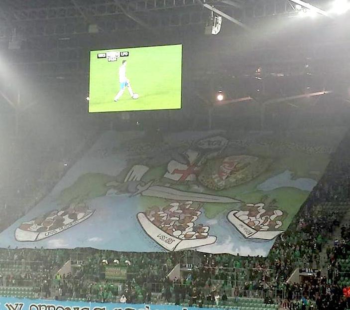 Während eines Erstliga-Fußballspiels in Breslau zeigten Banner eindeutig fremdenfeindliche Botschaften. / (c) Louis Mourier