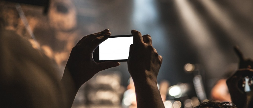 Hört lieber zu als aufs Display zu schauen: Auch auf Festivals und Konzerten fühlt sich unsere Autorin ohne Smartphone-Skills wohl / (c) pixabay.com