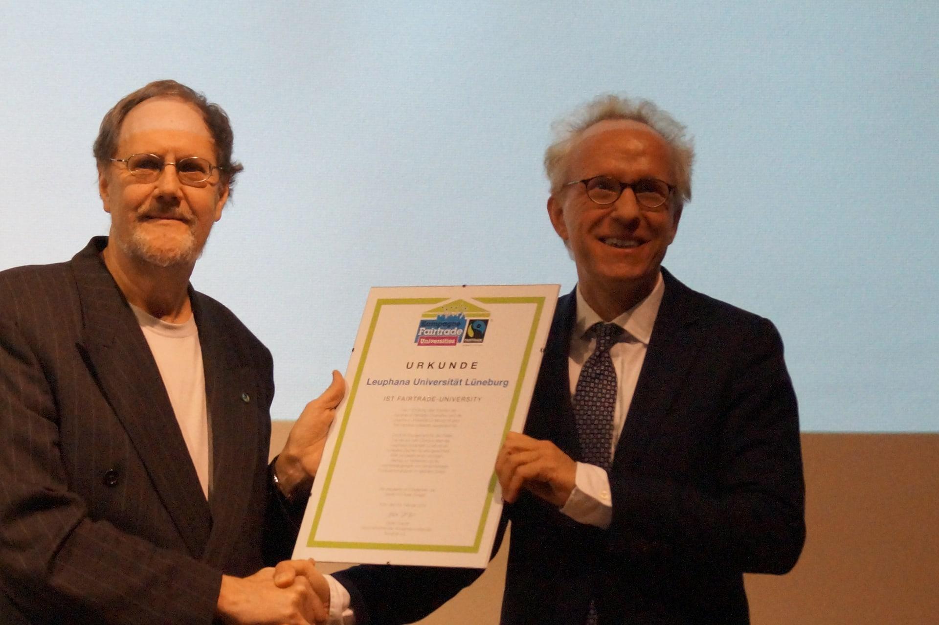 Übergabe der Urkunde von Volkmar Lübke an Präsident Sascha Spoun / (C) Christopher Bohlens