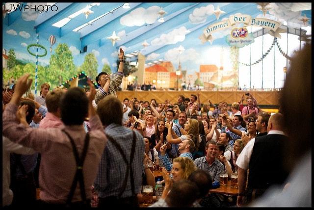 """Häufigster Satz auf dem Oktoberfest: """"Ein kleines, alkoholfreies Colabier, bitte, Herr Ober."""" / (C) flickr - Pupkin"""