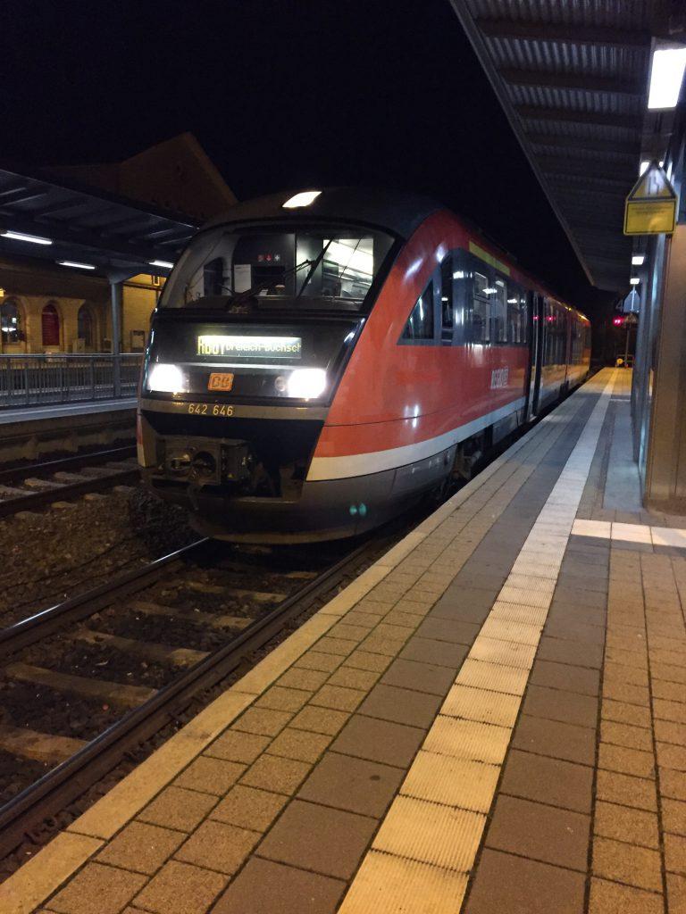 Die DB 642 Baureihe wartend im Bahnhof Dieburg / (C) Christopher Bohlens