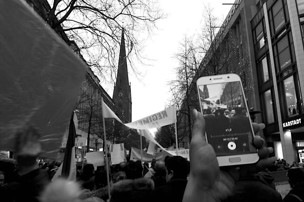 #iranprotests – Warum Iraner*innen weltweit auf die Straße gehen