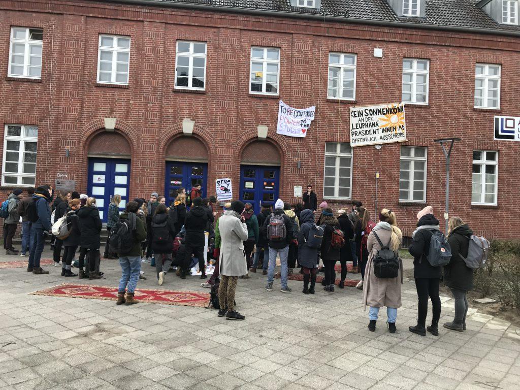 Kleine Demo am Campus: UNI GEMEINSCHAFTlich gestalten