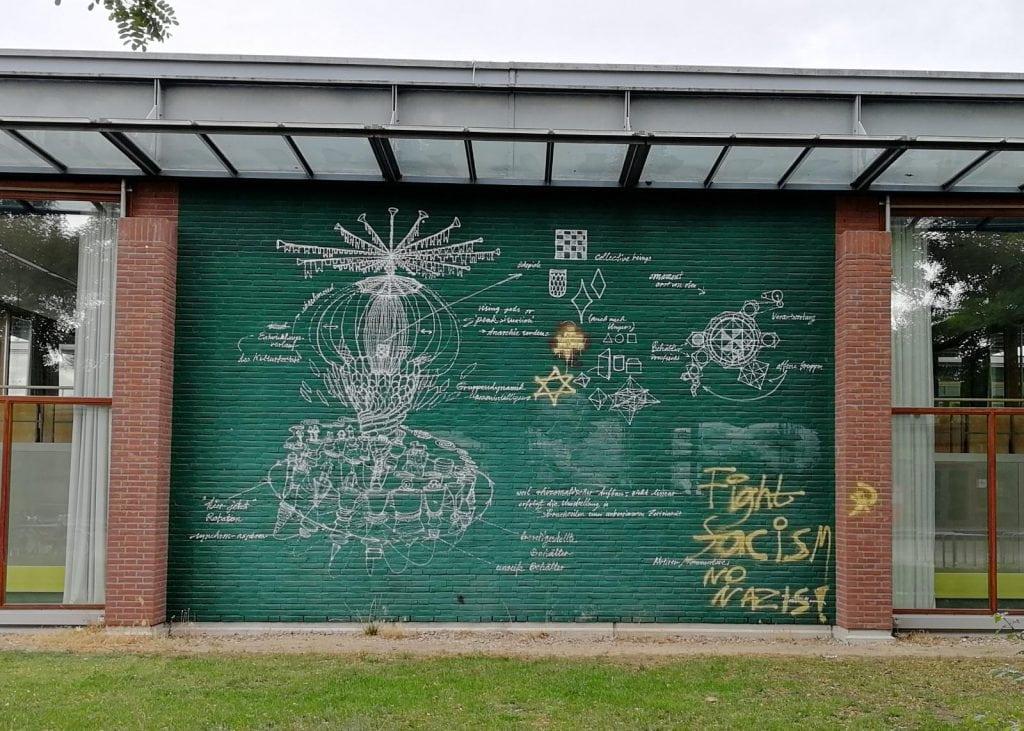 """""""Hakenkreuz"""" übermalt – Kunstwerk auf dem Campus umgestaltet"""