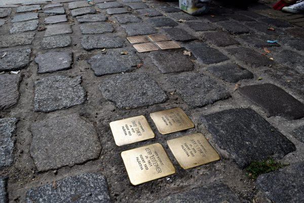 flickr - CC BY-NC-ND 2.0 - Stolperstein Putzaktion in Berlin-Mitte - Silke Gebel