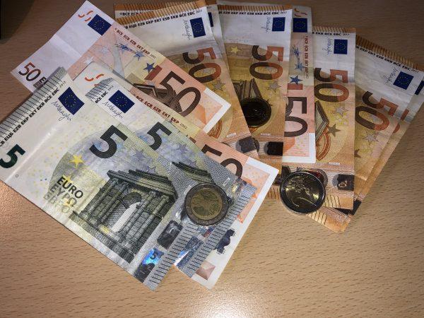 Euro Geldscheine und Münzen - (c) Christopher Bohlens