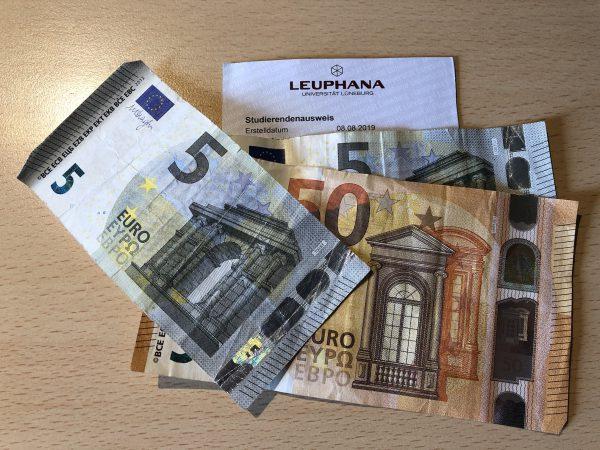 Euro-Geldscheine und Studierendenausweis - (c) Christopher Bohlens