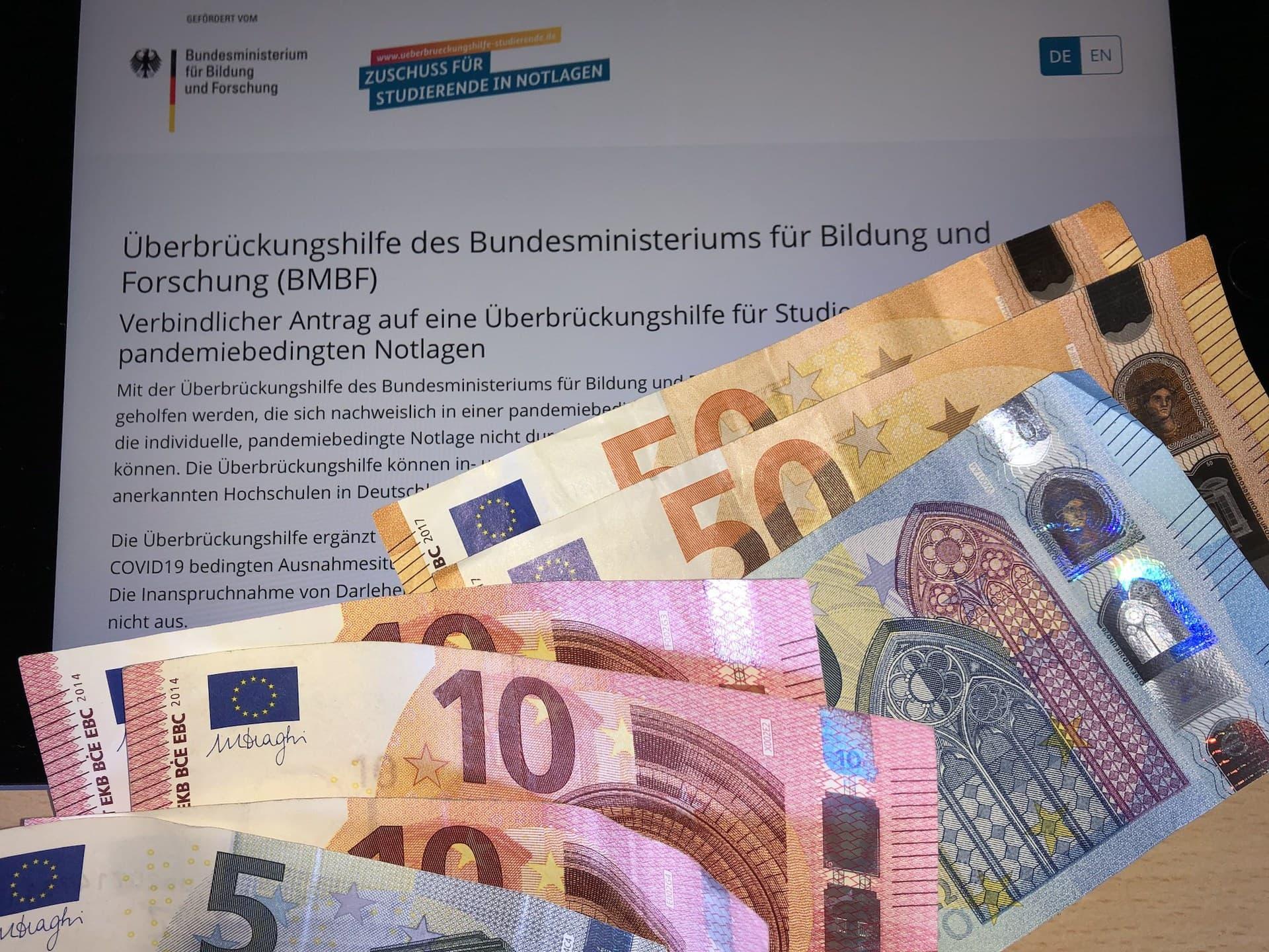 Überbrückungshilfe vom BMBF mit Euro Geldscheinen - (c) Christopher Bohlens