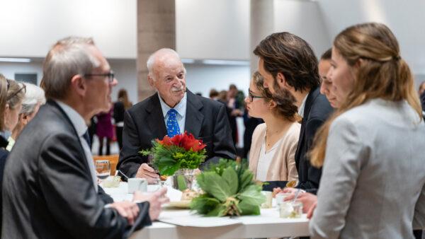 Stifter Edmund Kuhlmann (M.) im Gespräch mit Studierenden - (c) Leuphana - Patrizia Jäger