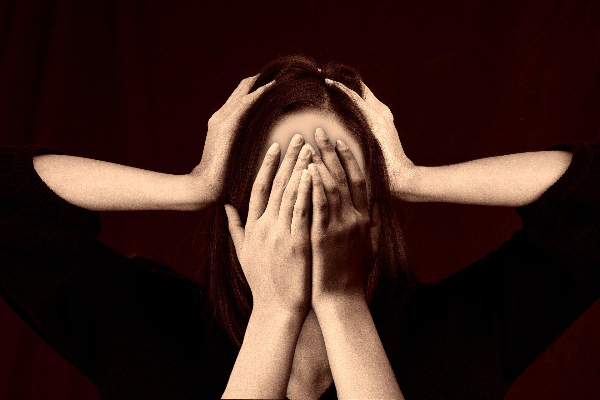 Frau Gesicht Mobbing Stress Scham Schämen - (c) Pixabay