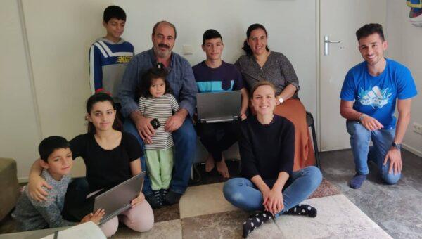 Übergabe von zwei Laptops bei Familie Alkis mit dem Bund für Lernförderung - (c) Enactus Lüneburg e.V.
