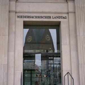 Landtag beschließt einmalige Verlängerung der Regelstudienzeit