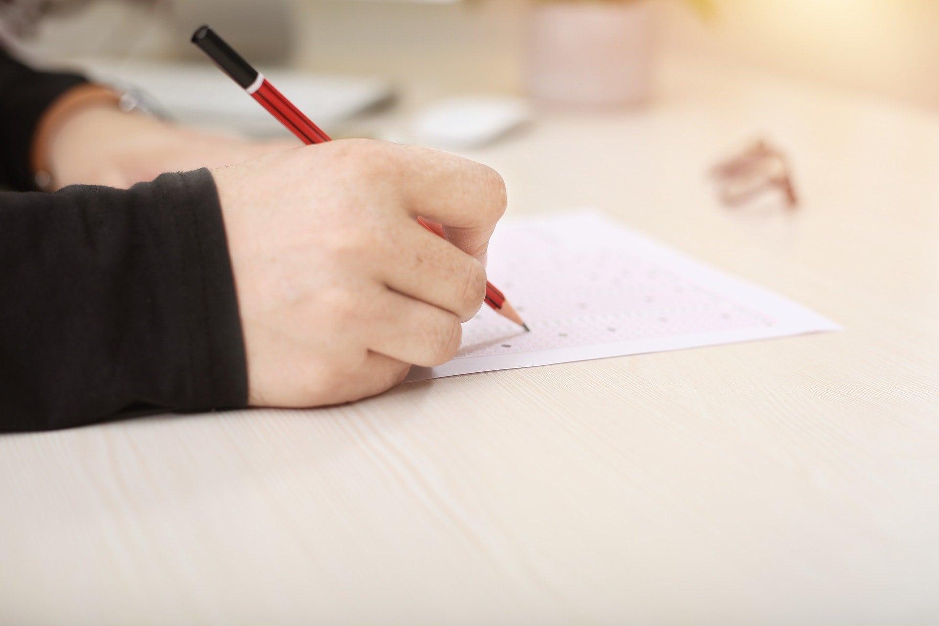 Omr Blatt Füllung Papier Hand Jung Menschen - (c) Pixabay