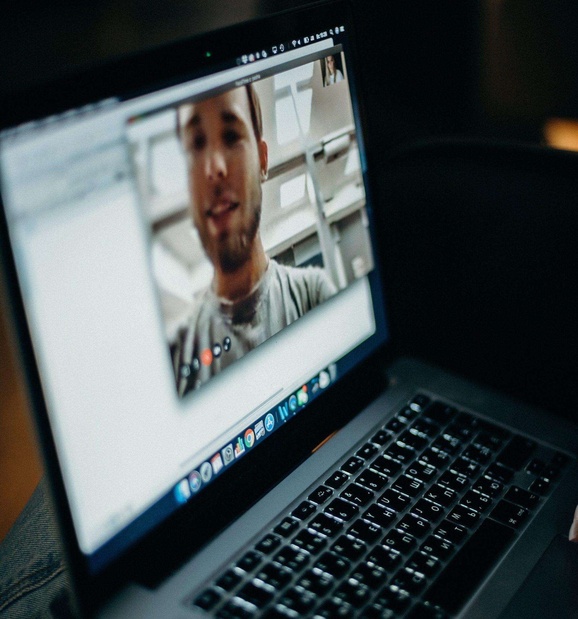 Eingeschaltetes Macbook - cottonbro - (c) Pexels