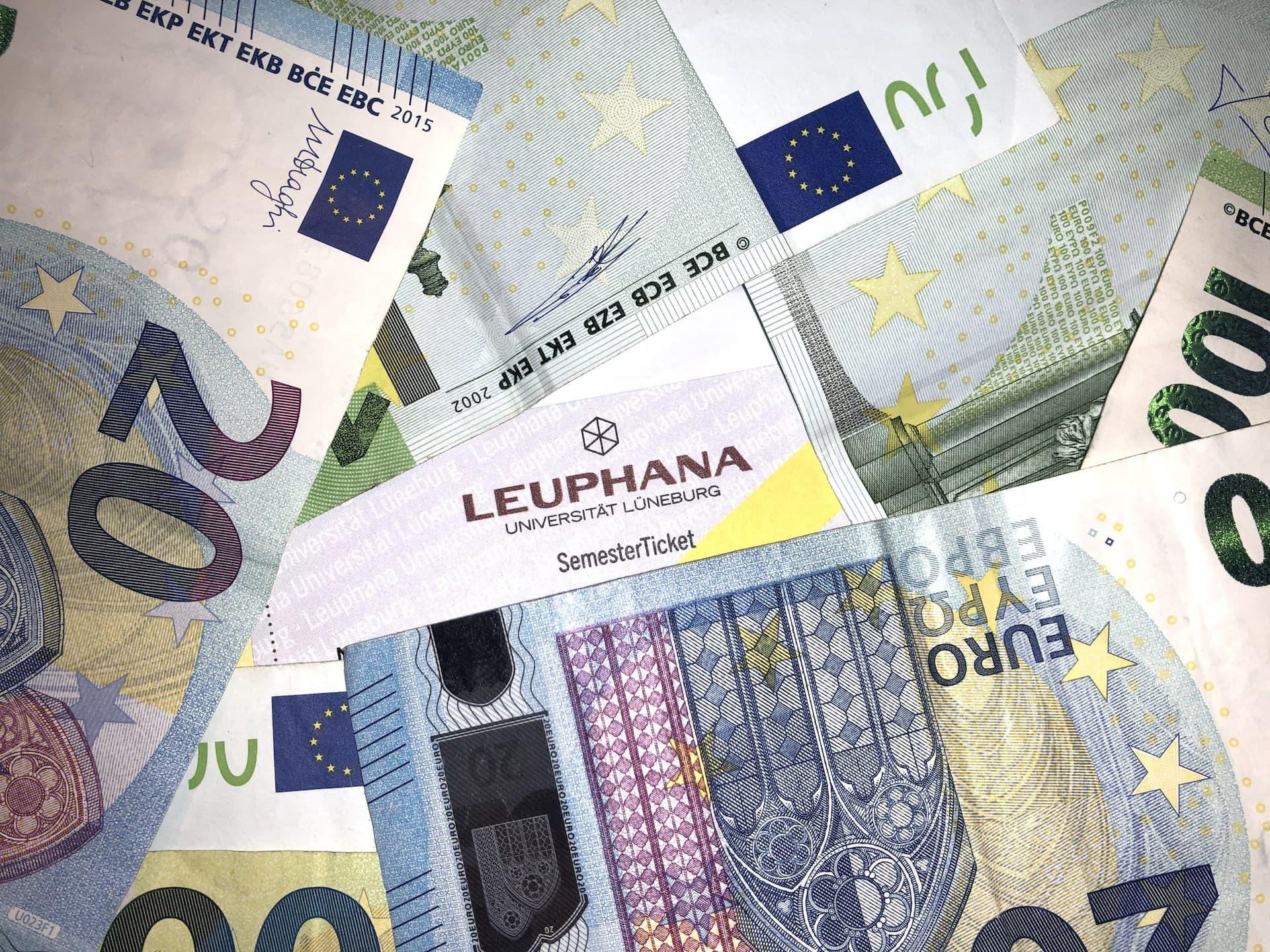Semesterticket mit viel Geld - (c) Christopher Bohlens