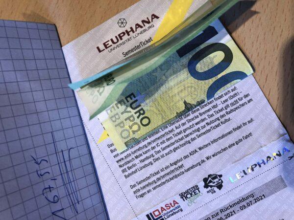 Semesterticket mit 100 Euro Schein und 167,55 Euro auf Zettel - (c) Christopher Bohlens