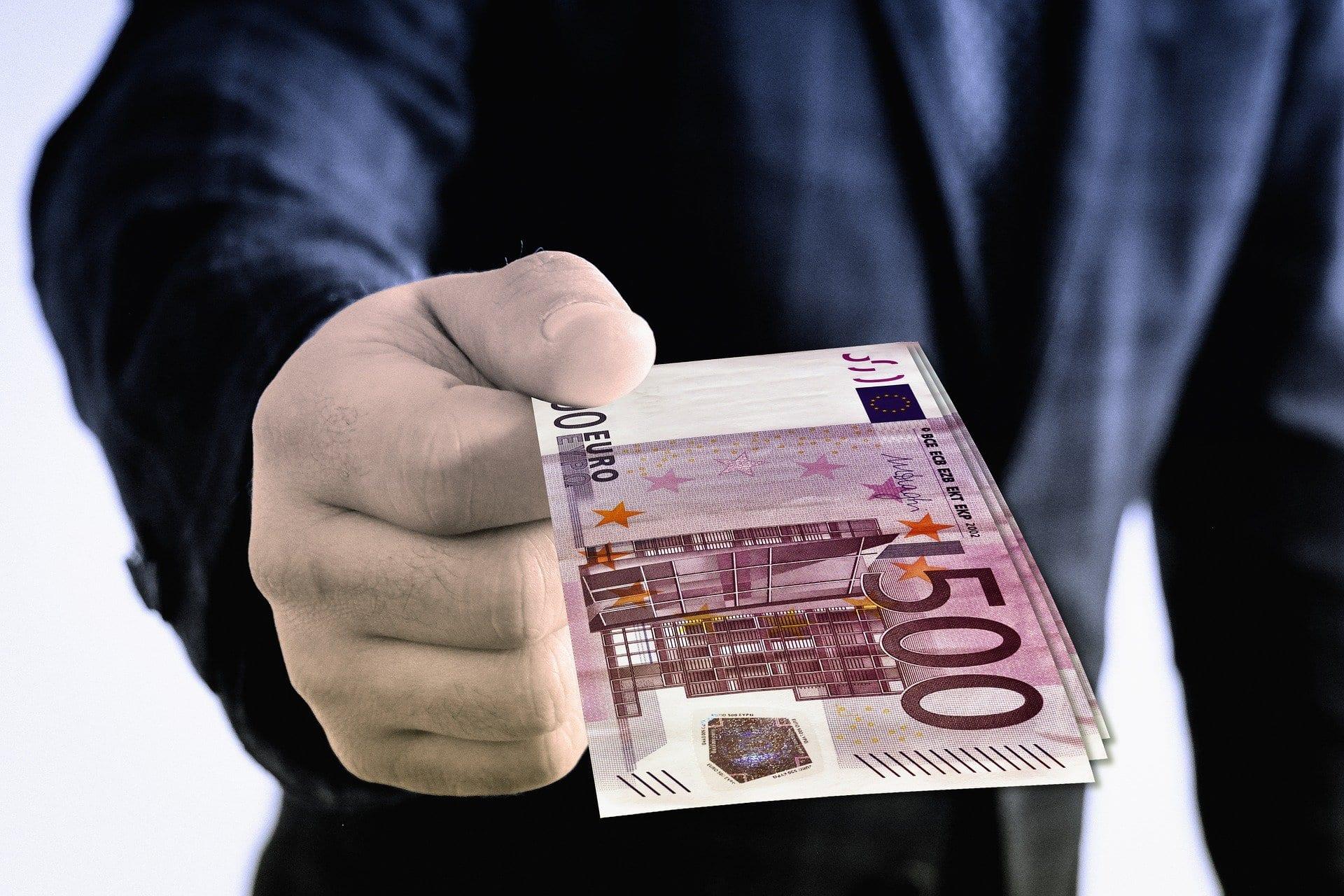 Euro Geschenk Geldgeschenk Hand Halten Schenken - (c) Pixabay