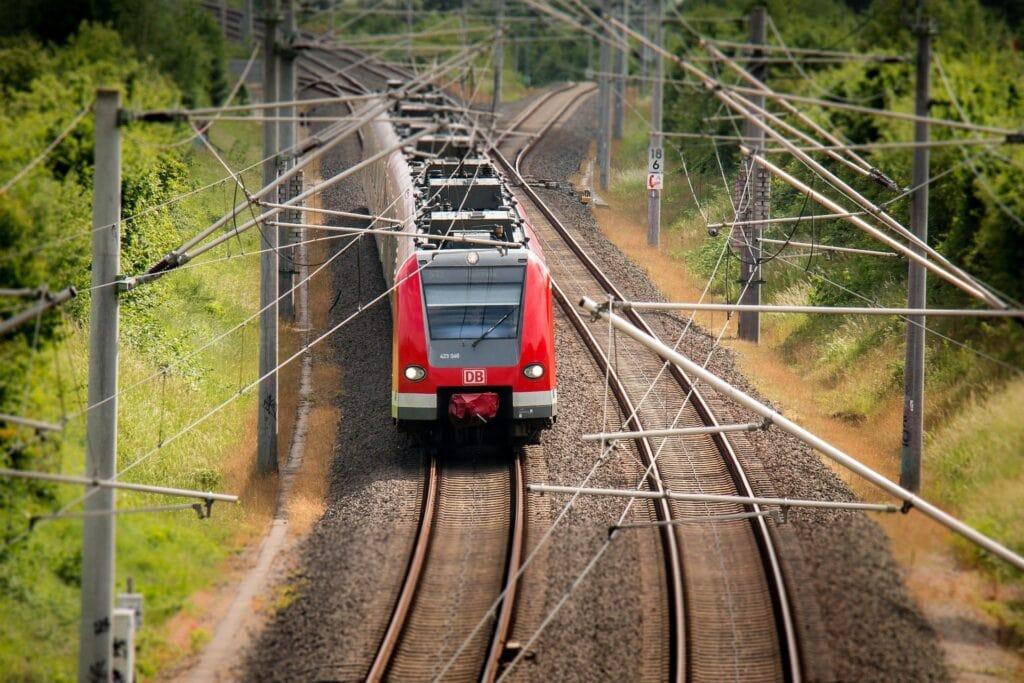 Zug Eisenbahn S-Bahn Nahverkehr Schienen - (c) Pixabay